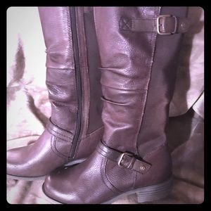 Women's gently used brown boots.